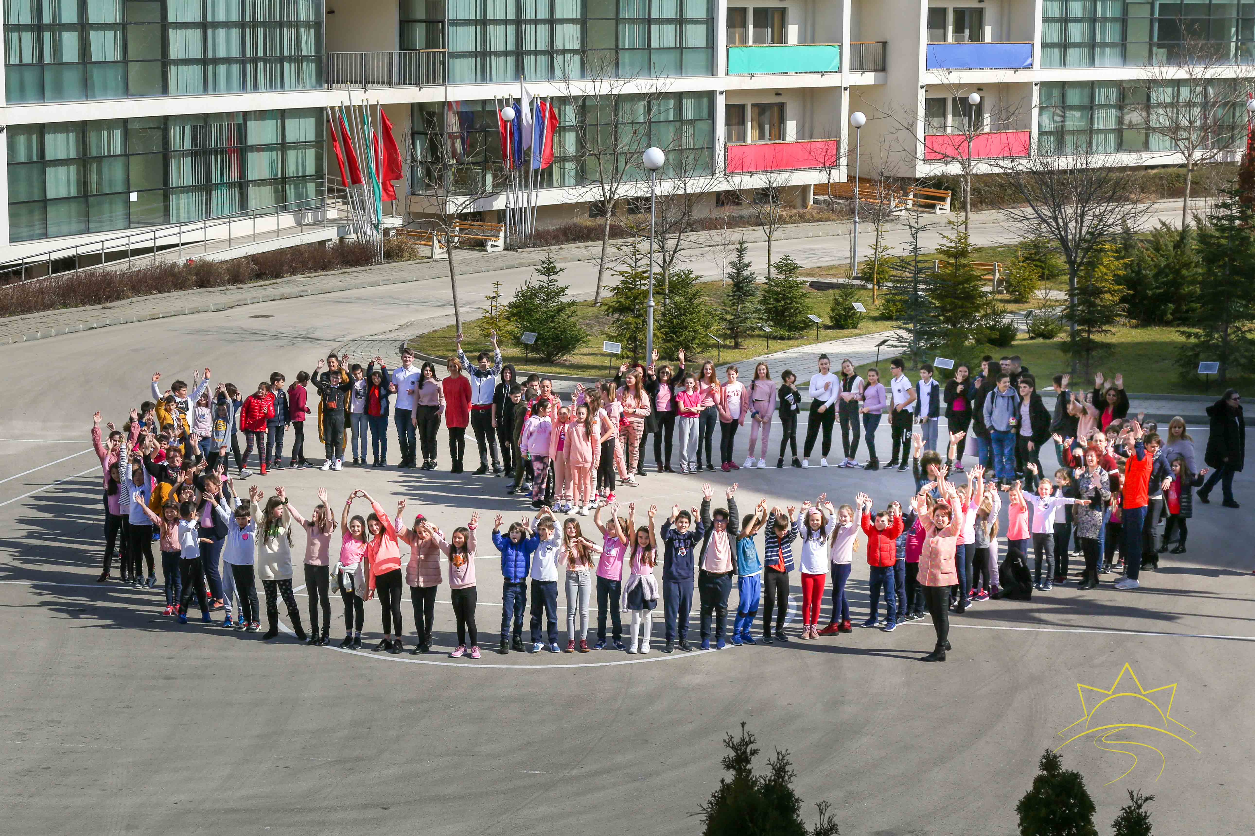 """Учениците от ЧСУ """"ЮРИЙ ГАГАРИН"""" облякоха розови фланелки, в знак на подкрепа срещу агресията в училище"""