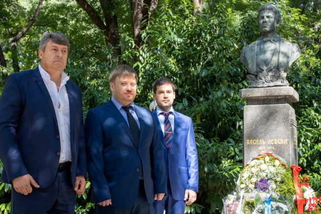 Цветя по повод 184-та годишнина от рождението на Васил Левски