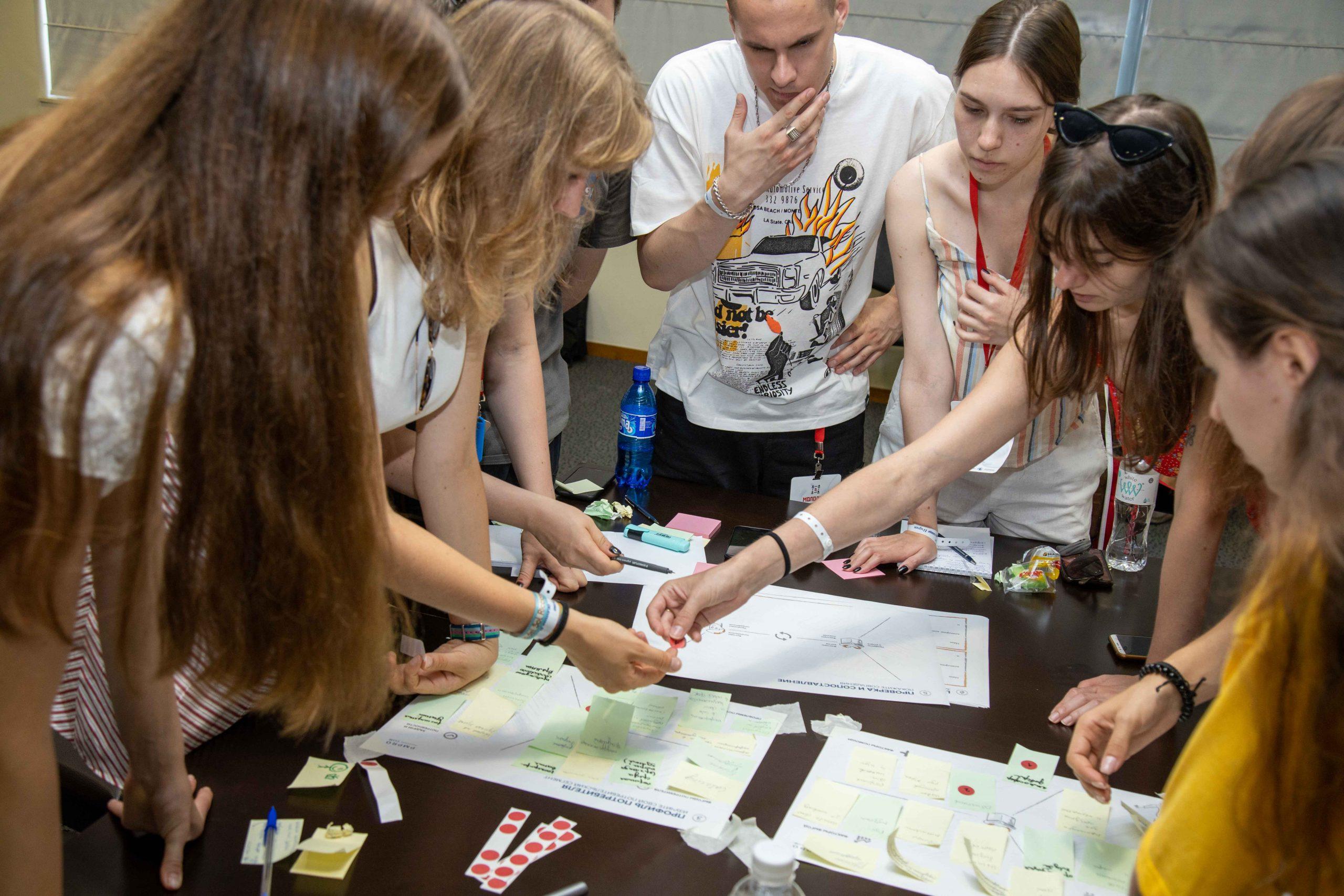 """Известные российские общественные деятели выступили перед участниками """"Школы """"Молодые лидеры"""""""